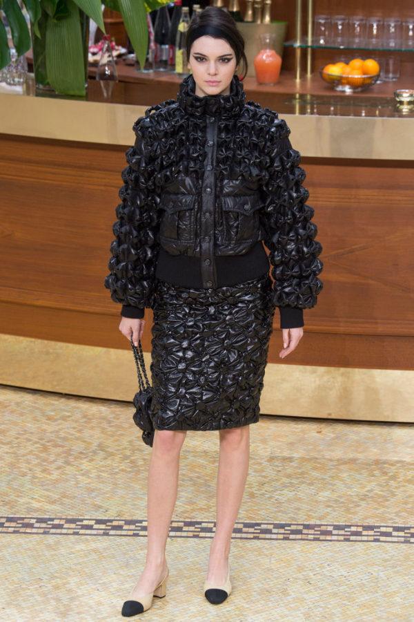 Chanel-mujer-coleccion-otono-invierno-2015-2016-traje-chaqueta-y-falda-acolchadas-flores