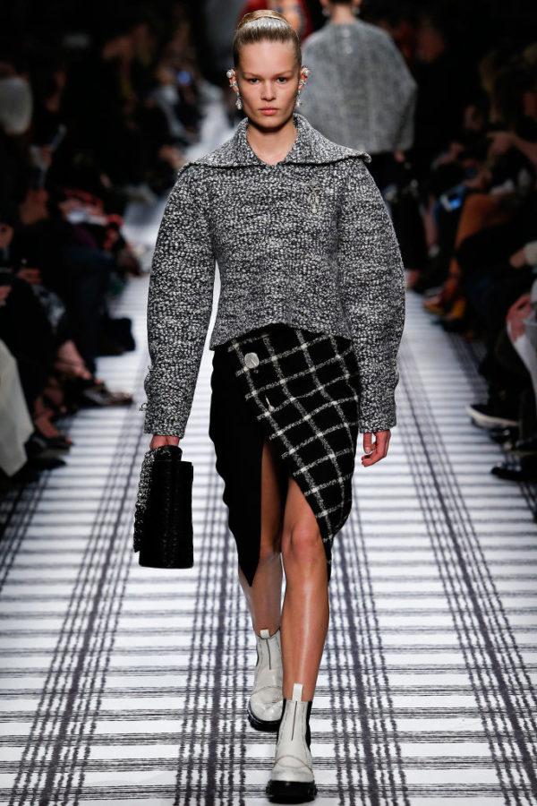 balenciaga-mujer-otono-invierno-2015-2016-chaqueta-globo-falda-cuadros-boton