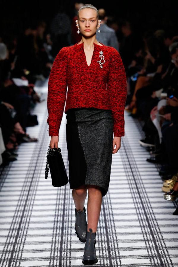 balenciaga-mujer-otono-invierno-2015-2016-jersey-rojo-falda-negro