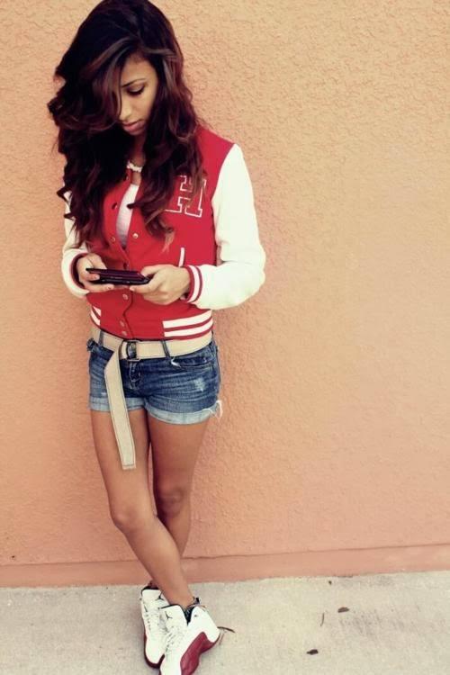 como-vestirse-al-estilo-swag-chicas-CAMISETAS-SUDADERAS-CHAQUETAS-chaqueta-varsity