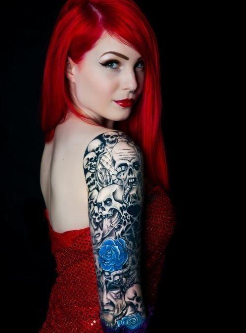 fotos-de-tatuajes-de-la-rosa-azul-rosa-brazo-envuelta-en-calaveras