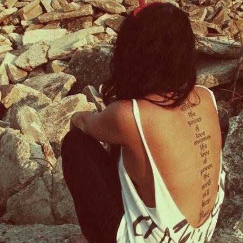 tatuajes-sexys-mujer-2015-tatuaje-letras-espalda