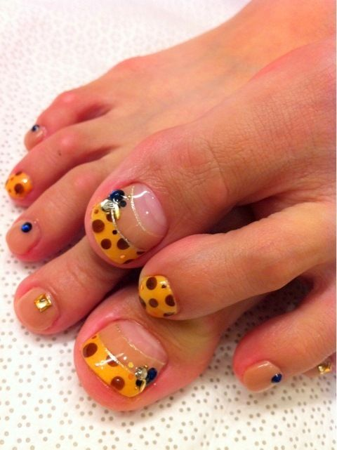unas-decoradas-para-pies-foot-nails-uñas-punta-naranja-lunares