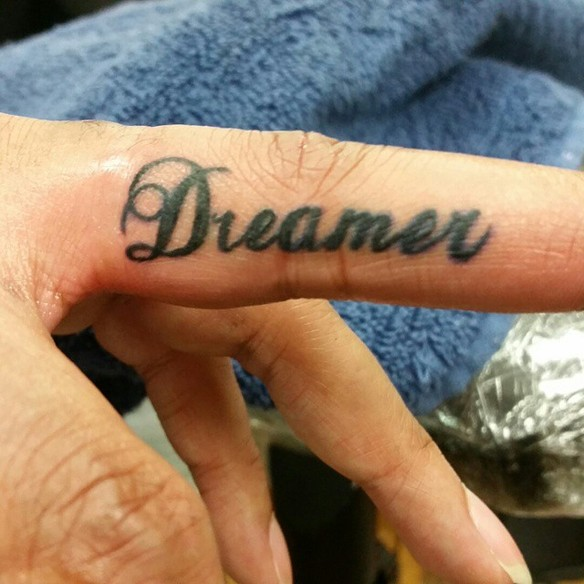 15-fotos-de-tatuajes-pequenos-en-los-dedos-de-la-mano-para-mujeres-tatuaje-dreamer