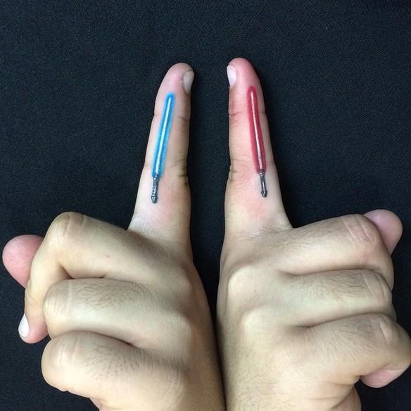 15-fotos-de-tatuajes-pequenos-en-los-dedos-de-la-mano-para-mujeres-tatuaje-espadas-star-wars