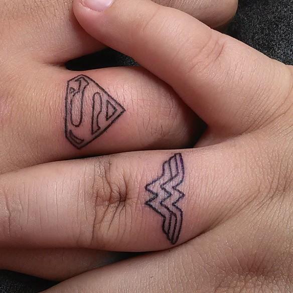15-fotos-de-tatuajes-pequenos-en-los-dedos-de-la-mano-para-mujeres-tatuaje-superman-superwoman