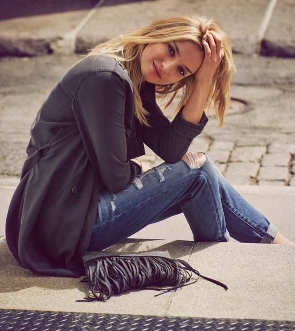 catalogo-abercrombie-fitch-para-chica-y-mujer-otoño-invierno-2015-2016-jeans-rotos-trench-bolso-flecos