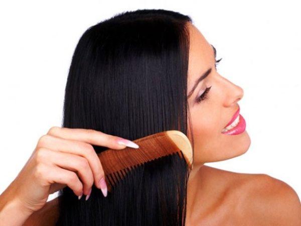 6-maneras-de-alisar-el-pelo-de-forma-natural-cepilla-cabello-humedo