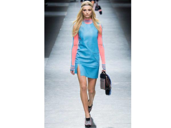 catalogo-versace-vestido-azul-y-rosa