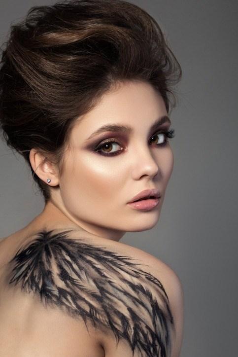 Tatuajes sexy 2018 tatuaje hombro plumas