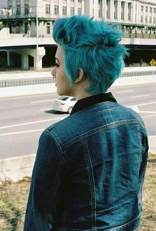 peinados-de-mujer-pelo-corto-punk-azul