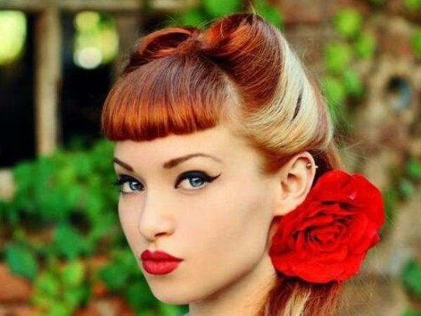 peinados-pin-up-rubia-reflejos-flor-roja