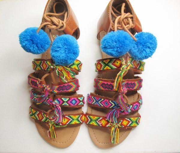sandalias-con-pompones-colores-azules