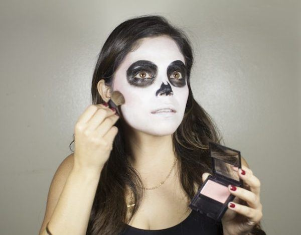 maquillaje-catrina-halloween-como-hacer-paso-a-paso-aplicacion-sombra-rosada