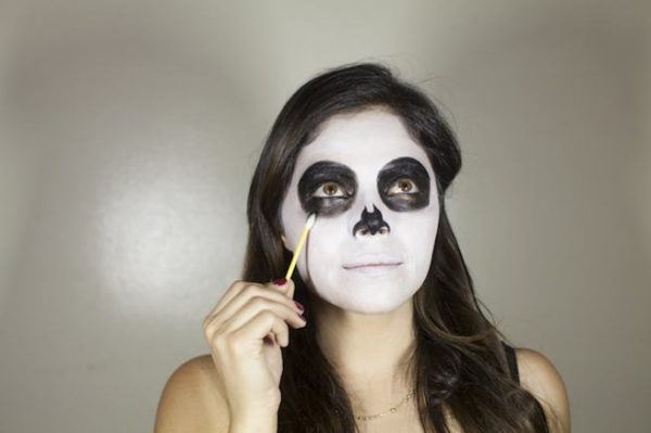 maquillaje-catrina-halloween-como-hacer-paso-a-paso-maquillaje-negro-ojos-nariz