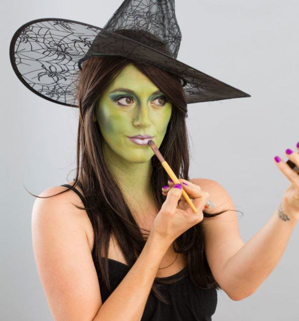 maquillaje-halloween-bruja-paso-a-paso-aplica-labios
