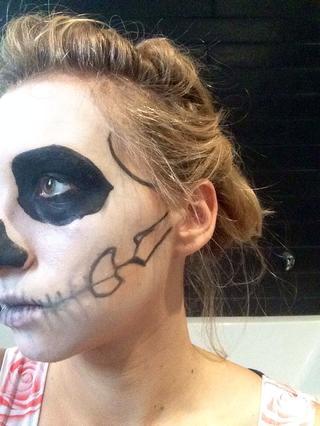 maquillaje-halloween-calavera-dibuja-huesos
