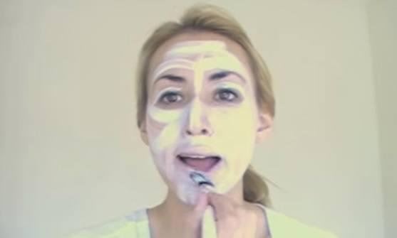 maquillaje-halloween-muneca-paso-1-aplica-base-blanca
