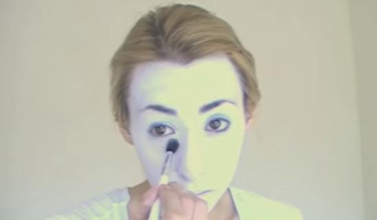 maquillaje-halloween-muneca-paso-2-aplica-polvos-blancos-en-los-ojos