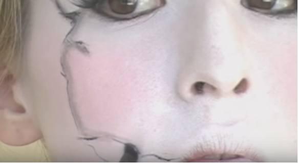 maquillaje-halloween-muneca-paso-8-difumina-rotos-1