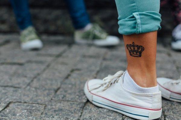 Los mejores disenos de tatuajes de coronas piedras preciosas