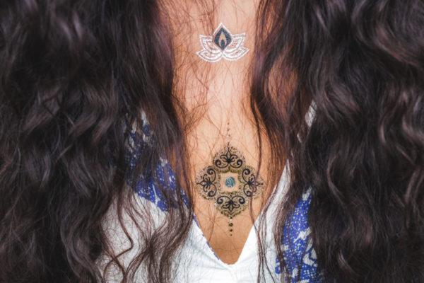 Tatuajes blancos para mujer resalta