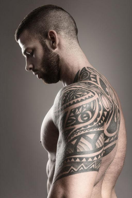 Tatuajes en las costillas grandes tribales