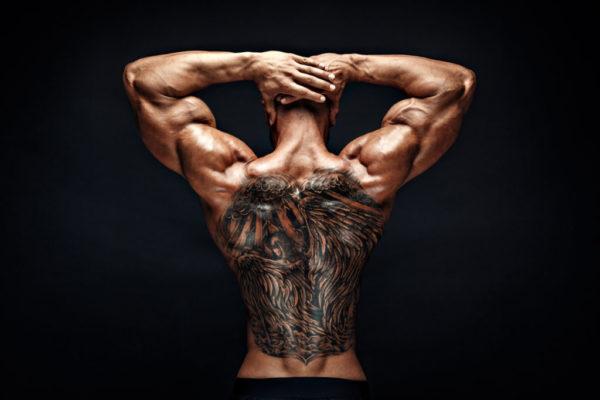 Tatuajes en las costillas para hombre demonio con alas
