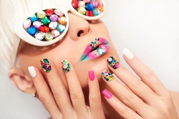 Unas carnaval glitter y piedras