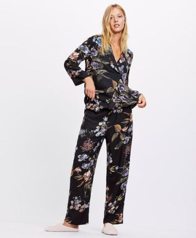 catalogo-oysho-para-mujer-pijama-flor-fondo-negro