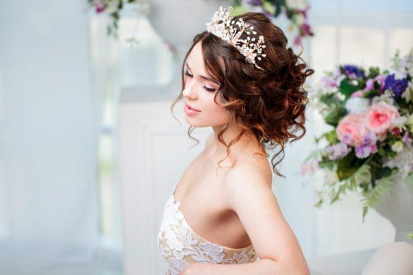 Peinados de novia con tiara de corona grande