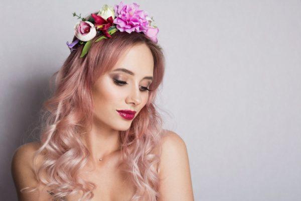 Peinados de novia modernos y sencillos con pelo tenido rosa