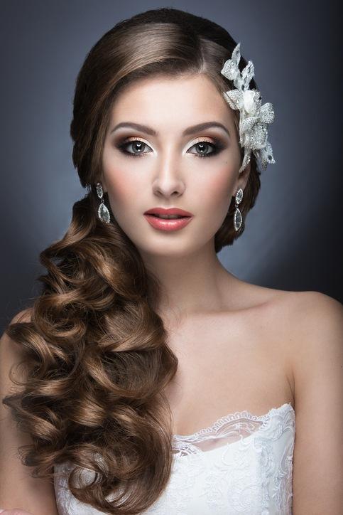 Peinados de novia pelo largo ondulado hacia un lado