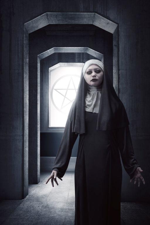 Como maquillarse como la monja Valak El Conjuro paso a paso base de maquillaje blanco