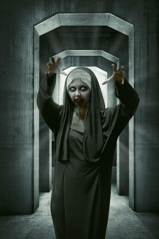 Como maquillarse como la monja Valak El Conjuro paso a paso labios