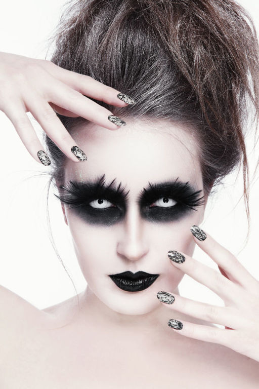 Como maquillarse como la monja Valak El Conjuro paso a paso sombra de ojos