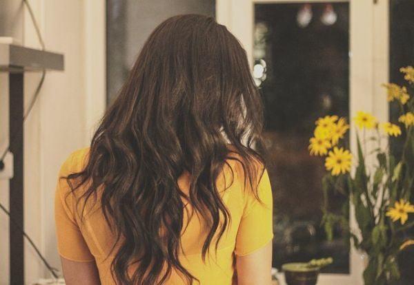 cuales-son-los-beneficios-de-un-tinte-sin-amoniaco-y-sin-agua-oxigenada-los-mejores--pelo-moreno-mujer-jersey-amarillo