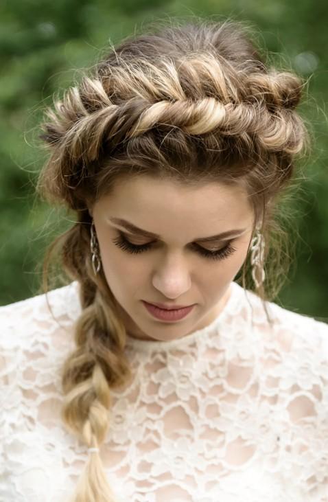 Peinados de invitadas para bodas pelo largo recogido con trenza de corona