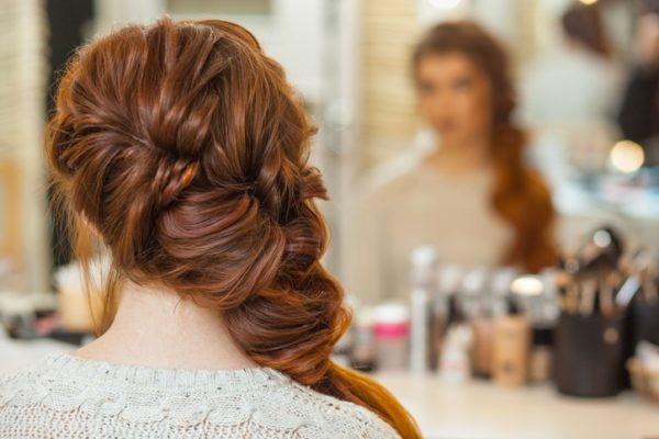Peinados de invitadas para bodas pelo largo trenza despeinada