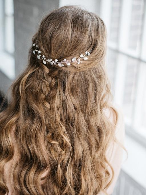 Peinados para san valentin pelo suelto con trenzas y pelo ondulado