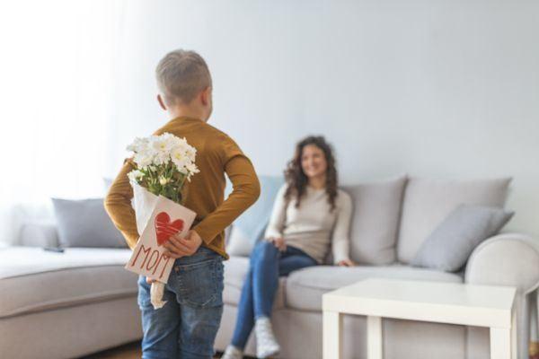 tarjetas-dia-de-la-madre-nino-flores-y-tarjeta-para-mama-istock