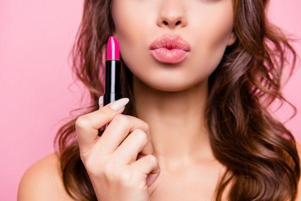 como-pintarse-los-labios-mas-volumen-mujer-labial-istock