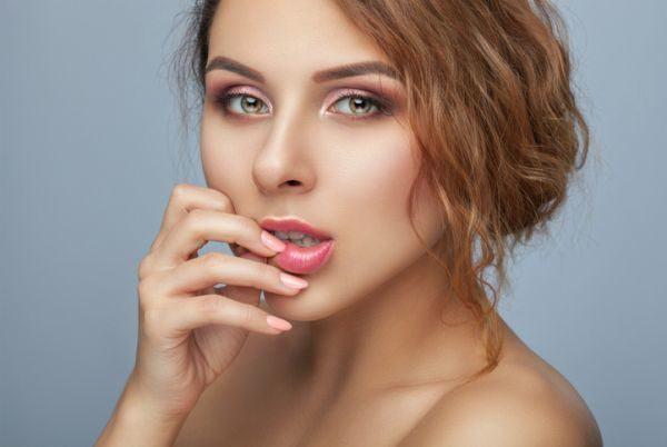 como-pintarse-los-labios-mas-volumen-mujer-labios-rosados-istock