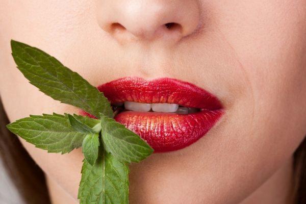 como-pintarse-los-labios-mas-volumen-mujer-menta-istock