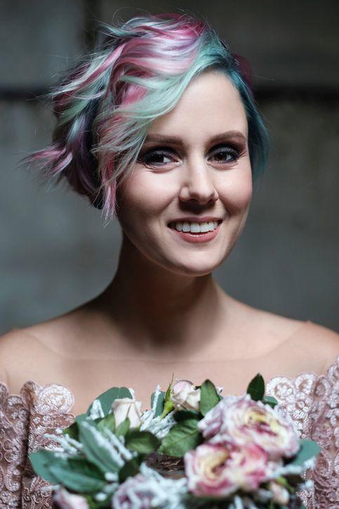 peinados-pelo-corto-boda-mechas-color-istock