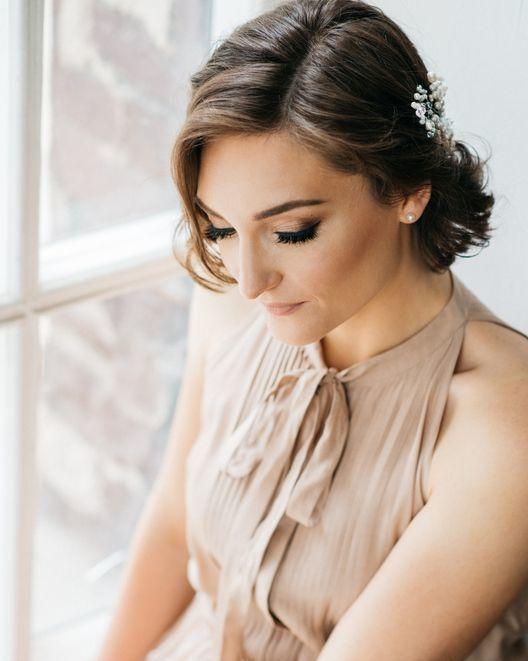 peinados-pelo-corto-boda-mini-recogido-adorno-istock