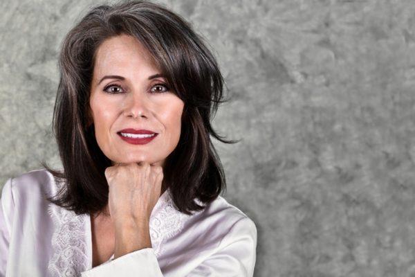Cortes de pelo para mujeres 50 anos media melena flequillo lateral