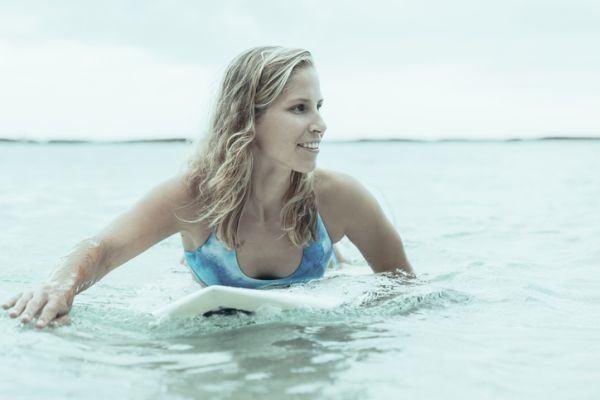 como-hacer-ondas-con-la-plancha-surferas-istock
