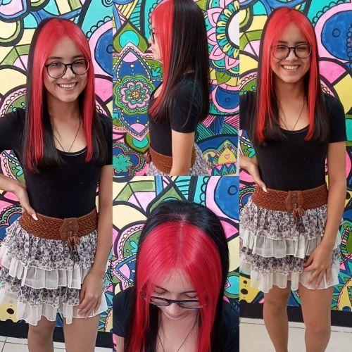 Chica con pelo largo y mechas chunky negro-rosa