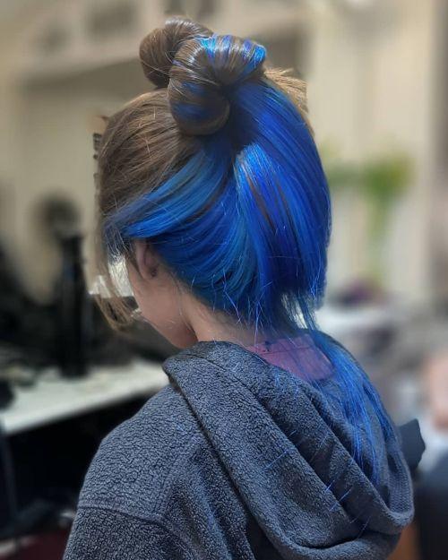 Joven con pelo recogido y mechas chunky azules
